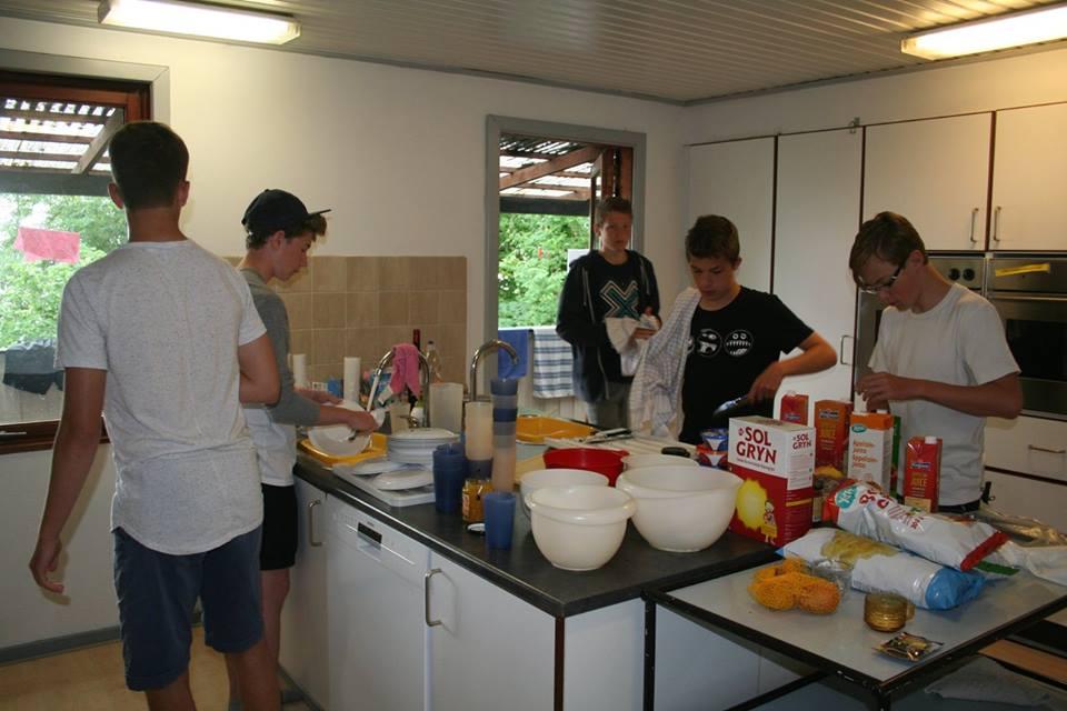 Der arbejdes med morgenmaden i køkkenet