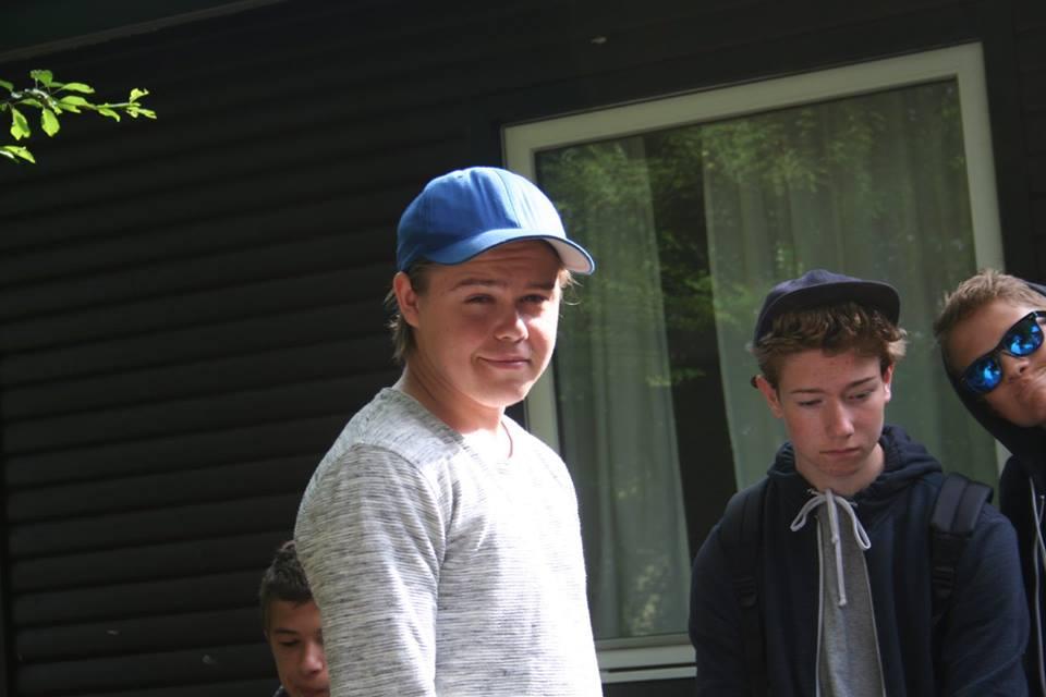 Jeppe tv med blå kasket - th er Hans og Lucas