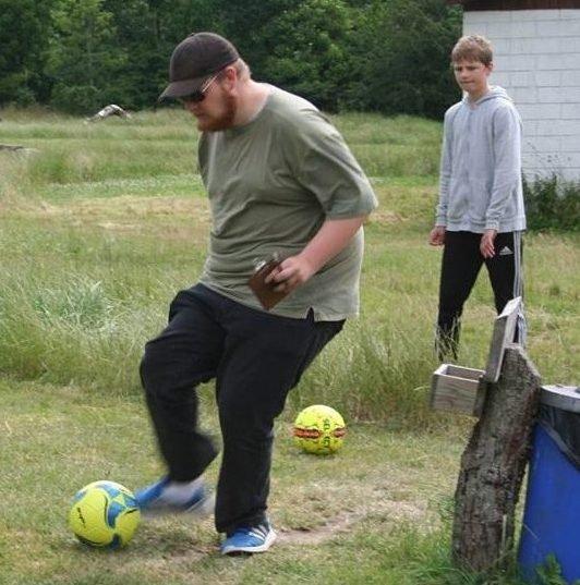 Martin, Bettinas søn spiller fodbold og kigger på